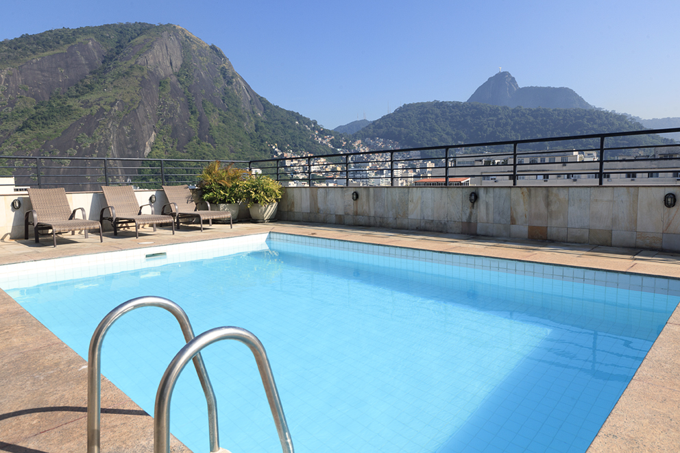 Relaxe no nosso terraço, e opte entre a contemplação das montanhas na piscina